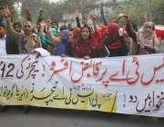 لاہور: گجرانوالہ کے پی ایس ٹی اے ٹیچرز اپنے مطالبات کے حق میں پریس کلب ..