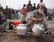 لاہور: ایک بزرگ محنت کش سڑک کنارے بیٹھا قہوہ فروخت کر رہا ہے۔