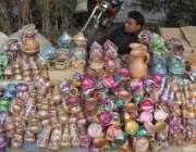 لاہور: حضرت داتا گنج بخش کے عرس مبارک کے دوسرے روز ایک شخص کھلونوں کی ..