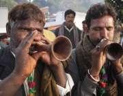 لاہور: حضرت داتا گنج بخش کے عرس مبارک کے دوسرے روزعقیدت مند بھونپو بجا ..
