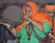 لاہور: حضرت داتا گنج بخش کے عرس مبارک کے دوسرے روز ایک عقیدت مند خاتون ..