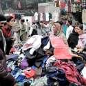 لاہور: راوی روڈ پر شہری لنڈا بازار سے کپڑے خرید رہے ہیں۔
