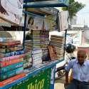 کراچی: ایک معمر شخص اپنے ٹھیلے پر کتابیں سجائے گاہکوں کا انتظار کر رہا ..