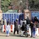 لاہور: چھ روزہ تعطیلات کے بعد ادارے دوبارہ کھلنے پر بچیاں سکول آ رہی ..