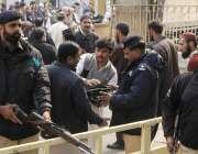 لاہور: مال روڈ پر واقع مسجد شہداء میں نماز جمع کی ادائیگی کے لی آنیوالے ..