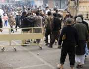 لاہور: مال روڈ پر واقع مسجد شہداء میں نماز جمع کی ادائیگی کے لی آنیوالوں ..