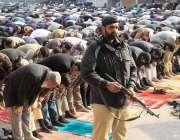 لاہور: مال روڈ پر واقع مسجد شہداء میں نماز جمع کی ادائیگی کے دو ران پولیس ..