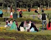 لاہور: جیلانی پارک میں شہری دھوپ سے لطف اندوز ہو رہے ہیں۔