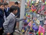 روالپنڈی: بچے کھلونے پسند کر رہے ہیں۔