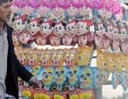 راولپنڈی: دکاندار روڈ کنارے کھلونا ماسک سجائے خریداروں کا انتظار کر ..