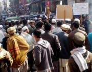 پشاور: ریتی بازار کے تاجر اپنے مطالبات کے حق میں روڈ بلاک کر کے احتجاجی ..