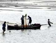 حیدر آباد: جامشورو کراچی نہر میں مچھیرے مچھلیاں پکڑنے کے لیے جال ڈال ..