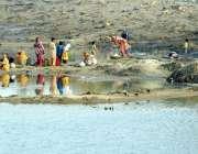 حیدر آباد: جامشورو کراچی نہر میں خواتین کپڑے اور برتن دھو رہی ہیں۔