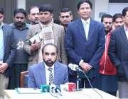 لاہور: متروک وکف املاک بورڈکے چیئرمین صدیق الفاروق بورڈ آفس میں منعقدہ ..