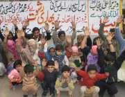 لاہور: فیروز والا کے رہائشی مقامی پولیس کے خلاف احتجاج کررہے ہیں۔