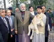 لاہور: صوبائی وزیر زکوٰة و عشر ملک ندیم کامران چڑیا گھر لاہور میں شیر ..