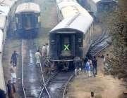 لاہور: گڑھی شاہو کے قریب ریلوے ملازمین کام میں مصروف ہیں۔