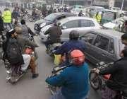 لاہور: پریس کلب کے باہر احتجاج کے دوران ٹریفک وارڈنز بے ہنگم ٹریفک کو ..
