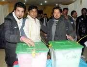 اسلام آباد: راولپنڈی اسلام آباد پریس کلب کے الیکشن کے دوران صحافی ووٹ ..