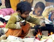 لاہور: دو خانہ بدوش بچے بے خوف و خطر آگ سے کھیل رہے ہیں۔
