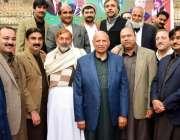 لاہور: تحریک انصاف پنجاب کے آرگنائزر چوہدری محمد سرور کے ہمراہ پارٹی ..