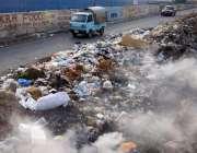 کراچی: آدھی سڑک تک پھیلا کچرا انتظامیہ کی نا اہلی کا منہ بولتا ثبوت ..