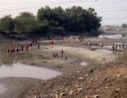 سکھر: بچے صفائی کی غرض سے خشک کی گئی نہر کے اندر کھیل کود میں مصروف ہیں۔