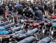 راولپنڈی: پولیس اہلکار راجہ بازار میں تجاوزات کے خلاف آپریشن کے دوران ..