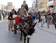 راولپنڈی: افغان بچے گدھا ریڑھے پر سامان لادھے راجہ بازار سے گزر رہے ..