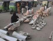 لاہور: پرانے پنکھے ، بیسن اور کموڈ فروخت کے لیے فٹ پاتھ پر پڑے ہیں۔