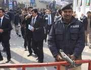 لاہور:لاہور بار ایسوسی ایشن کے سالانہ انتخابات کے موقع پر پولیس اہلکار ..