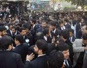 لاہور:لاہور بار ایسوسی ایشن کے سالانہ انتخابات کے موقع پر وکلاء کی ..