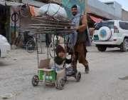 کوئٹہ: ایک شہری اپنے معذور بچے کے ہمراہ اپنی منزل کی طرف رواں دواں ہے۔