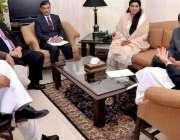 پشاور: وزیر اعلیٰ خیبر پختونخوا پرویز خٹک اپنے دفتر میں آڈیٹر جنرل ..