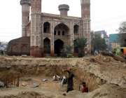 لاہور: تاریخی مقام چوبرجی کے احاطہ میں مزدور اورنج لائن میٹرو ٹرین ..