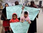 لاہور: لال پل کی رہائشی فیملی اپنے مطالبات کے حق میں پریس کلب کے باہر ..