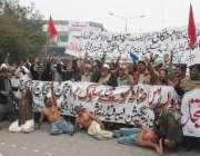 لاہور: آل پاکستان ایریگیشن لیبر فیڈریشن کے زیر اہتمام ملازمین اپنے ..