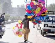 راولپنڈی: ایک محنت کش بچوں کے لیے غبارے نما کھلونے فروخت کر رہا ہے۔