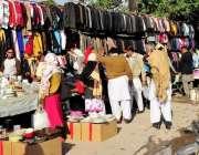 راولپنڈی: شہری ہفتہ وار جمعہ بازار سے خریداری کر رہے ہیں۔