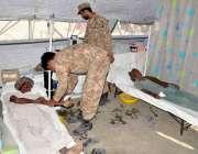 تھرپارکر:قحط زدہ علاقے میں فوج کی میڈیکل ٹیم کے ایک ڈاکٹر مریضوں کا ..