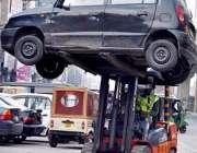 لاہور: ٹریفک وارڈن غلط پار ک کی گئی گاڑی کو لفٹر کے ذریعے اٹھا کر رلیجا ..