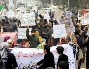 لاہور: اورنج لائن میٹرو ٹرین منصوبے کے متاثرین مال روڈ پر احتجاج کر ..