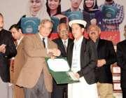 لاہور: وزیر اعلیٰ پنجاب محمد شہباز شریف 2015ء کے سالانہ امتحانات کے گلگت ..