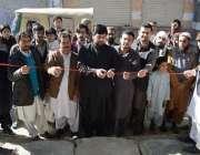 کوئٹہ: تحریک انصاف کے رہنما محمد عظیم مقامی ہوٹل کا افتتاح کر رہے ہیں۔
