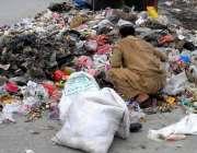 راولپنڈی: ایک خانہ بدوش شخص کچرے کے ڈھیر سے کار آمد اشیاء تلاش کر رہا ..