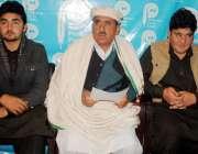 پشاور: ریگی کا رہائشی مقصود علی پریس کانفرنس سے خطاب کر رہا ہے۔