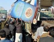 راولپنڈی: ٹی ایم اے اہلکار ناجائز تجاوزیت کے خلاف آپریشن کے دوران سامان ..