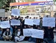 راولپنڈی: جامع مسجد روڈ کے تاجر تھانہ بنی پولیس کے خلاف تھانے کے باہر ..
