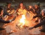 لاہور: صوبائی دارلحکومت میں شہری سردی کی شدت کم کرنے کے لیے لکڑیاں جلائے ..