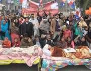 لاہور: برکی روڈ باؤ والا کے رہائشی ٹریفک حادثے میں زخمی خواتین کے ہمراہ ..
